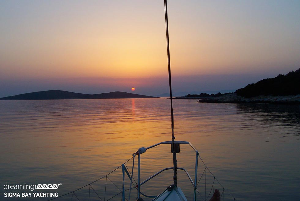 SigmaBay Yachting. Sailing in the Cyclades. Greek Travel.